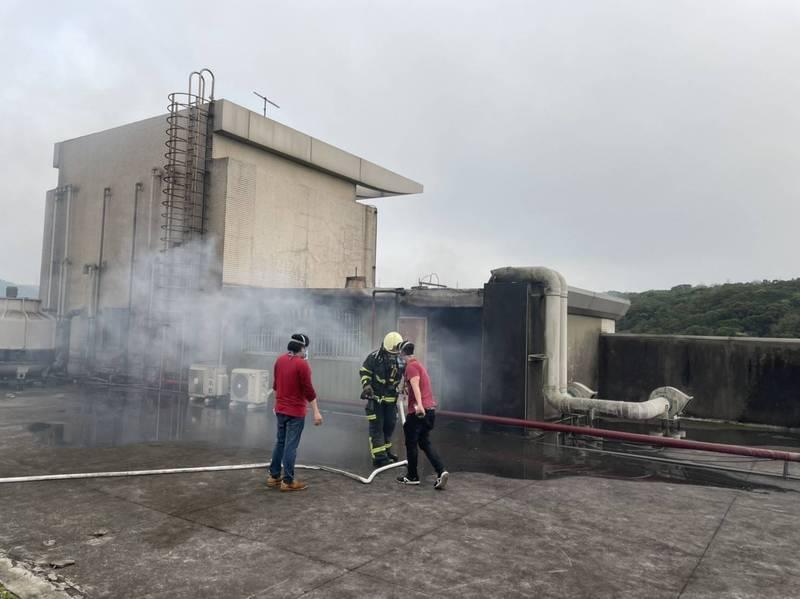 新普科技今天下午5點許發生火警,並自頂樓冒出陣陣濃煙,所幸無人受困受傷,火勢約在半小時後撲滅,確切的起火原因尚待調查。(記者廖雪茹翻攝)