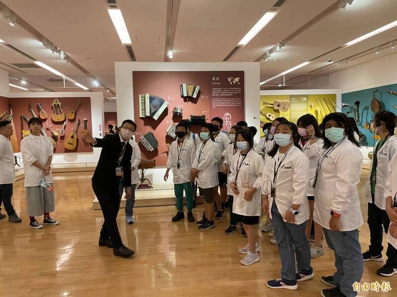 奇美博物館攜手公視《下課花路米》,5日播出奇美博物館幕後工作,今也邀請小學生參訪奇美博物館。(記者萬于甄攝)