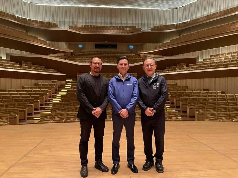 新竹市長林智堅(中)在高雄市副市長史哲(右)與衛武營藝術總監簡文彬(左)陪同下,參訪衛武營國家藝術文化中心。(史哲提供)