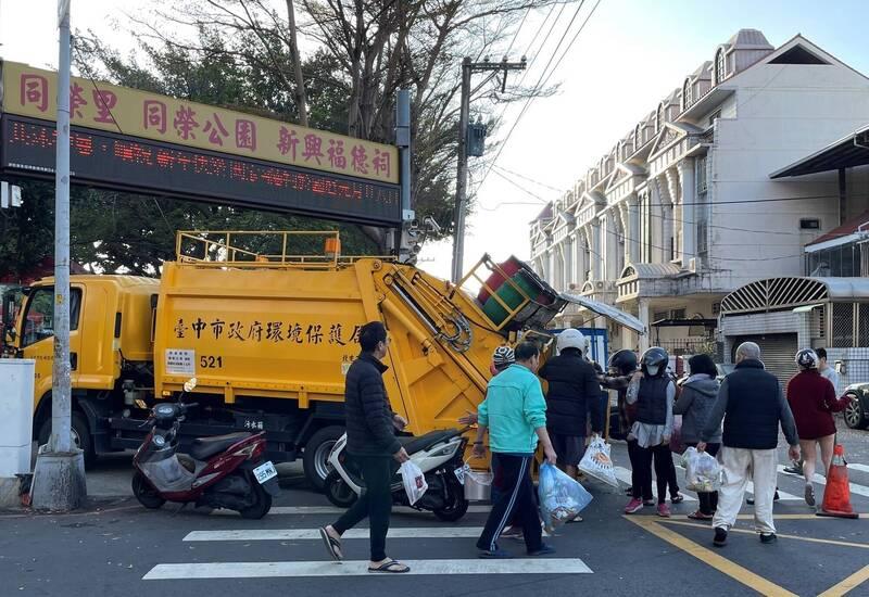 清明4天連假,台中市垃圾清運除4月4日逢週日清潔隊例行休假外,其餘3天均維持垃圾正常清運服務。(環保局提供)