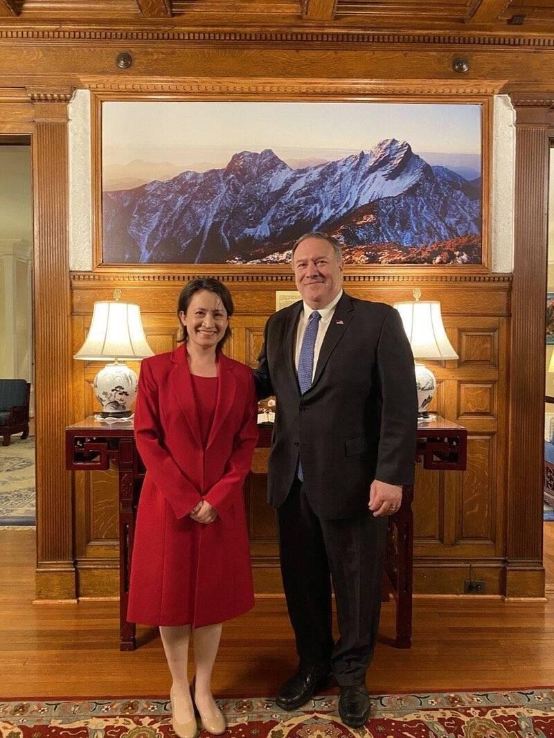 駐美代表蕭美琴於美東時間30日和美國前國務卿龐皮歐會面。(取自推特)