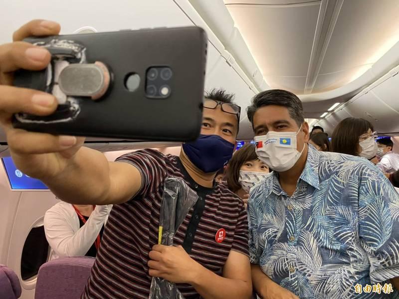 首發團遊客在機上開心與帛琉總統惠恕仁玩自拍。(記者蕭玗欣攝)