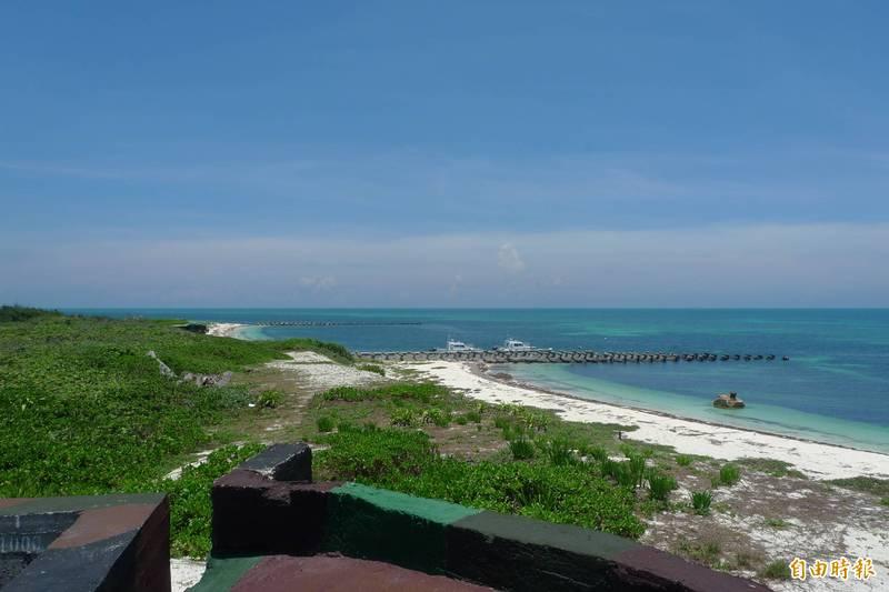 海巡署證實,近期中共無人機在東沙島上空繞島飛行,不排除是進行偵蒐。圖為東沙島海岸線。(資料照)