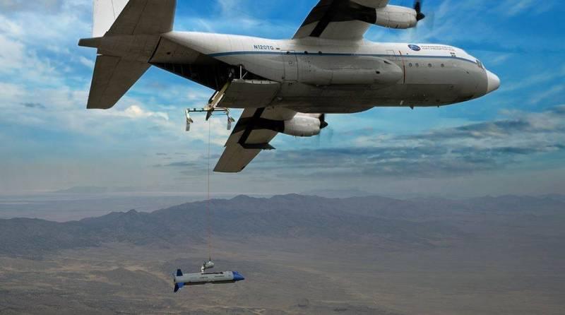 美軍正在研發飛行航空母艦,即一架大型運輸機C-130搭配大量小型攻擊無人機X-61A「小精靈」執行作戰任務。(Dynetics官方網站)
