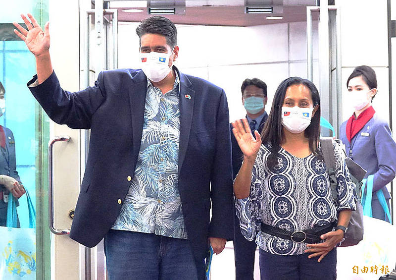 Palauan President Surangel Whipps Jr, left, waves as he concludes a news conference at Taiwan Taoyuan International Airport yesterday following a five-day visit to Taiwan. Photo: Tony Yao, Taipei Times