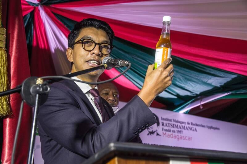 馬達加斯加決定加入COVAX。圖為總統拉喬利納推廣藥草茶。(法新社)