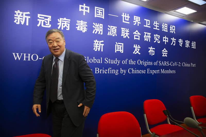 中國3月31日發布與世界衛生組織合作的疫情起源調查報告。圖為世衛中國組專家梁萬年。(美聯社)