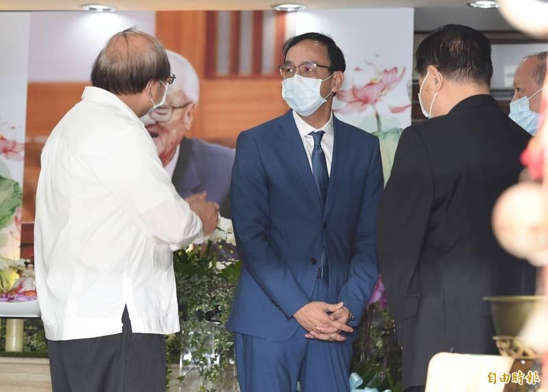 前考試院長許水德辭世,前國民黨主席朱立倫(圖)前往拈香致意。(記者廖振輝攝)