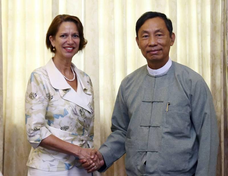 柏其納(左)表示,緬甸軍方加大對示威者鎮壓力度,「血光之災迫在眉睫」。(美聯社)