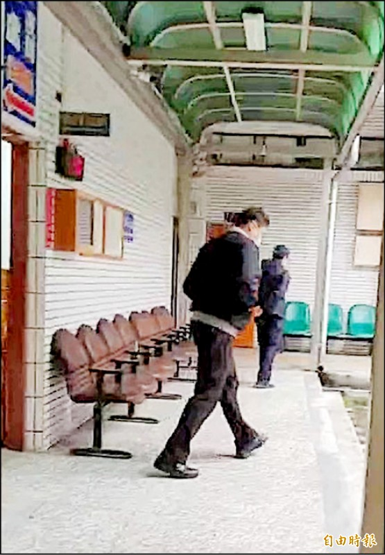 桃園地院法官蔡政佑開庭後快步離去。(資料照,記者鄭淑婷攝)