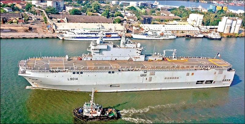 已停泊印度柯枝港的法國海軍直升機航空母艦「托納爾號」,將與拉法葉級巡防艦「蘇爾庫夫號」參加四月初與「四方安全對話」四國的聯合演習。圖為托納爾號。 (中央社)