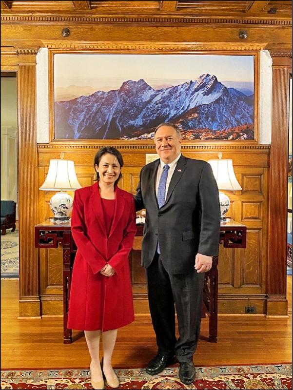 前美國國務卿龐皮歐一日在「推特」發布與台灣駐美代表蕭美琴會晤的合照。(圖:取自龐皮歐推特)