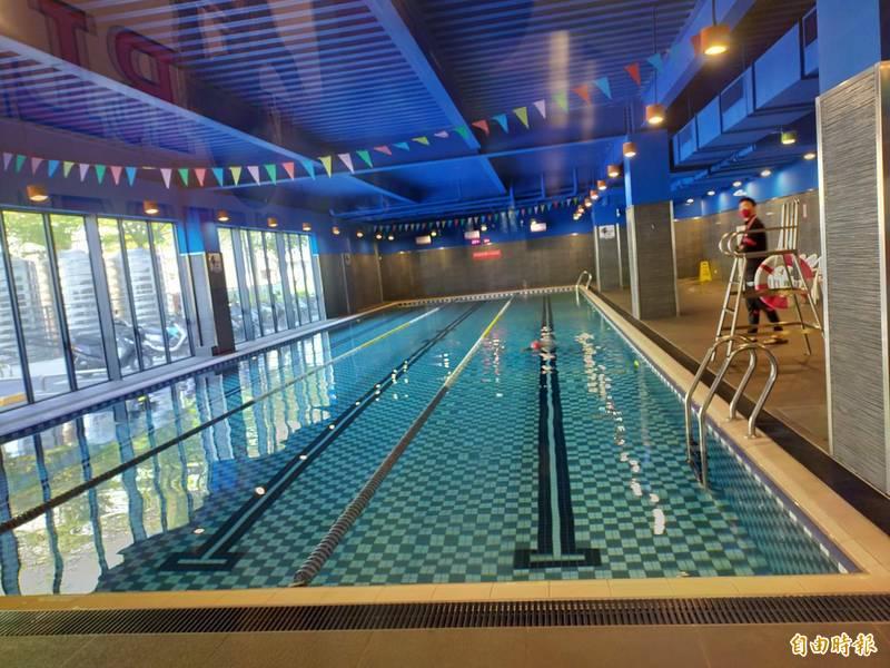 世界健身房台中場館配合限水,暫停泳池設施。(記者張軒哲攝)