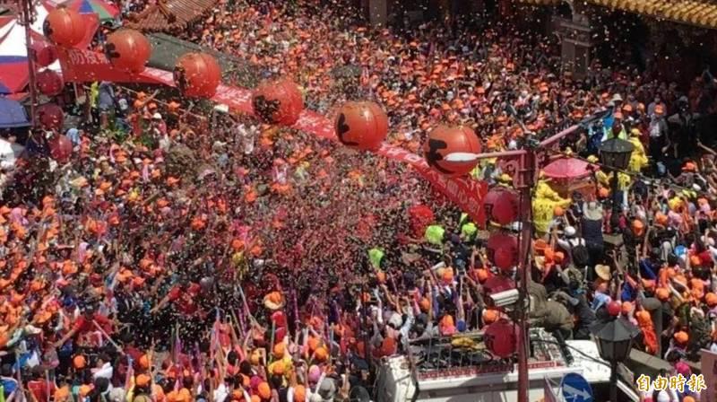 白沙屯媽姐遶境隊伍去年抵達北港朝天宮時萬人空巷的盛況。(本報資料照片)