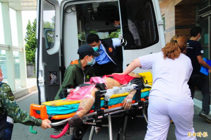 搭上出軌列車的男子中午1點多被送到國軍花蓮總醫院,右腿大腿以下已被壓斷,到院前已無生命跡象。(記者花孟璟攝)