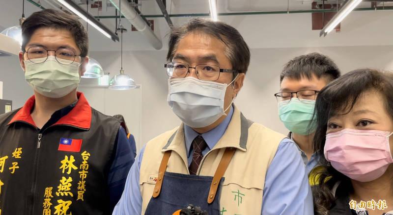 針對台鐵列車發生重大災難,台南市長黃偉哲(中)表示,台南已整備支援戰力,可隨時出發協助救災。(記者萬于甄攝)