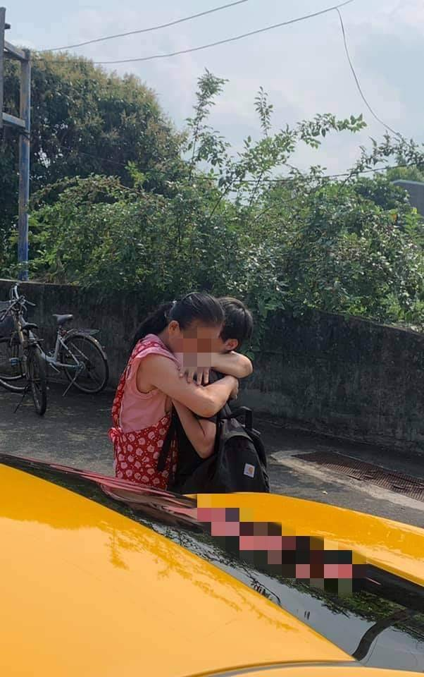 住在吉安的黃姓父子搭上408列車,脫困後母親緊緊抱住孩子不放。(民眾提供)