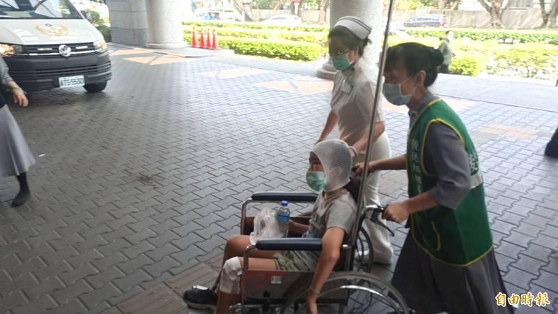 台鐵列車意外,傷患送往花蓮慈濟醫院急救。(記者王錦義攝)