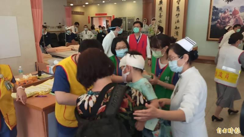 陳姓男童被阿嬤抱著進入醫院。(記者王錦義攝)