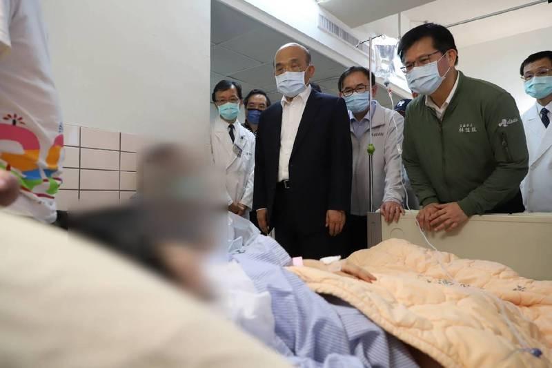 交通部長林佳龍(右)陪同行政院長蘇貞昌探望傷者。(台鐵局提供)