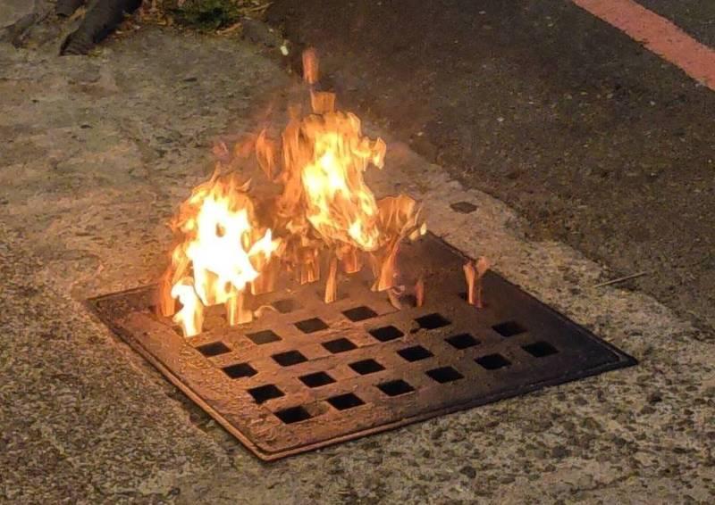 千禧公園旁便利商店的水溝竟然冒出大火,讓人嚇一跳。(讀者提供)