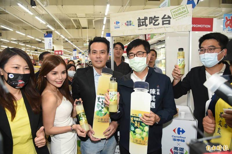 高雄市長陳其邁今天下午出席家樂福鼎山店參加台灣農產我驕傲記者會,現場促銷高雄農產品。(記者張忠義攝)