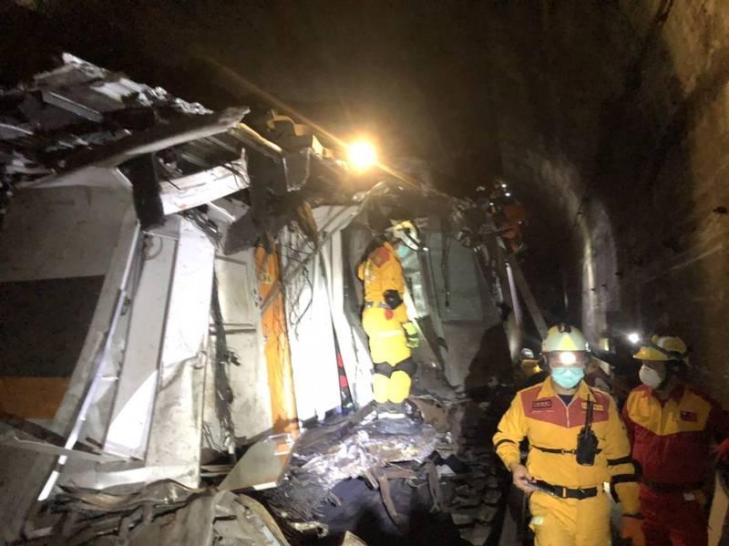 特種搜救隊員們利用梯子進進7、8節車廂,車廂內多是嚴重破損的遺體。(記者林嘉東翻攝)