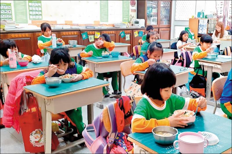 行政院宣布即日起調高偏鄉地區學童採用國產食材的營養午餐補助,由每餐補助六元提高為十元。(資料照)