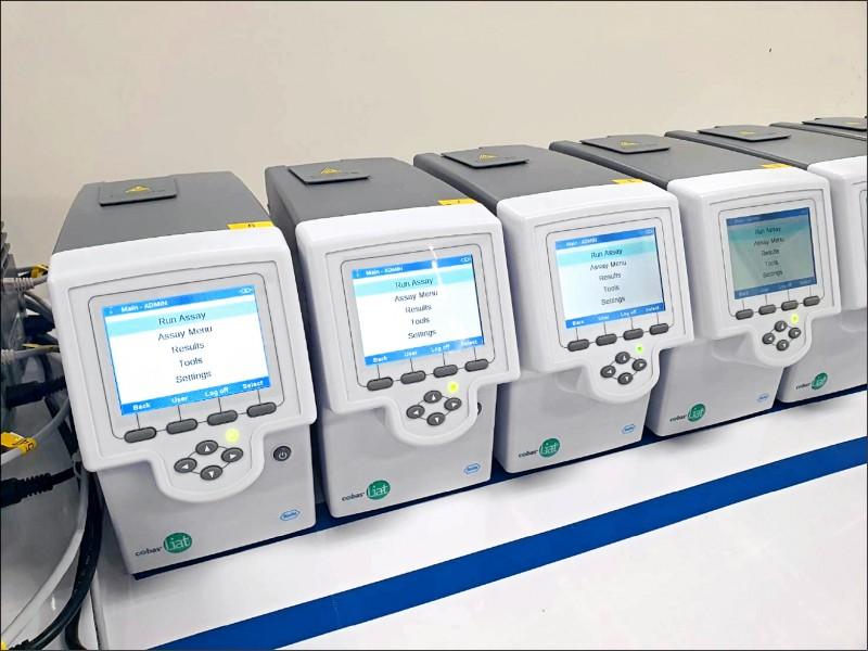 羅氏醫用PCR檢測系統檢測1個檢體,只需20分鐘。(記者周敏鴻攝)