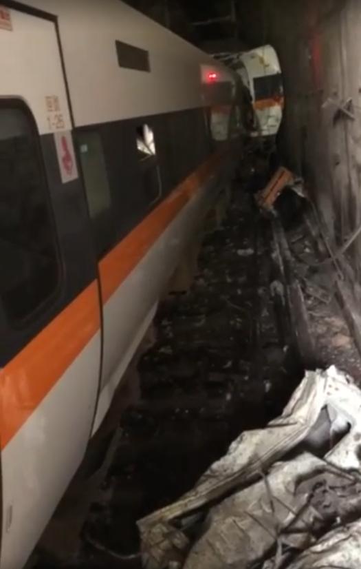 台鐵408車次、太魯閣號,今早7時11分自樹林火車站出發後,疑似在花蓮秀林鄉的和仁至崇德間車禍後出軌。(網友提供)