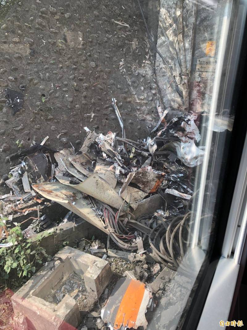 太魯閣列車零件損壞,散落於地。(讀者提供)