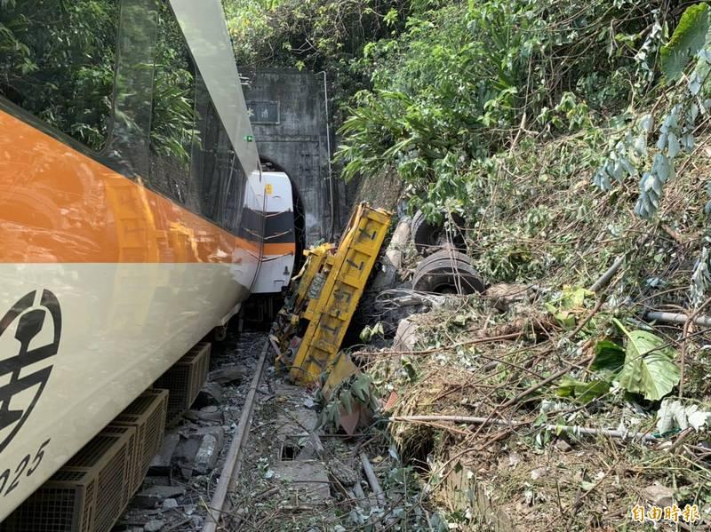 台鐵太魯閣號408車次,今日在花蓮縣秀林鄉「清水隧道」出軌,目前仍有36人無生命跡象搶救中,44人輕重傷送醫。(記者王峻祺攝)