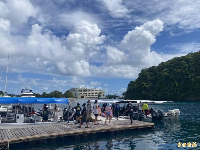 旅客自帛琉老爺碼頭登船。(記者蕭玗欣攝)
