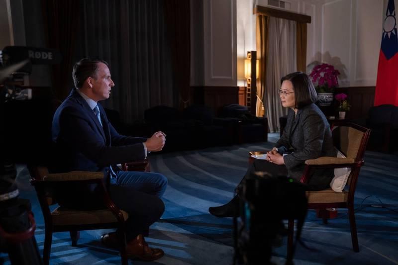 英國廣播公司(BBC)記者沙磊(左)常駐中國9年後被迫離境,他在今天刊文表示,自己的經歷是外媒近年紛紛撤出中國的最新一例,更是中國在全球發動思想與資訊戰的一環,圖為沙磊在2020年時採訪蔡英文總統的畫面。(歐新社)