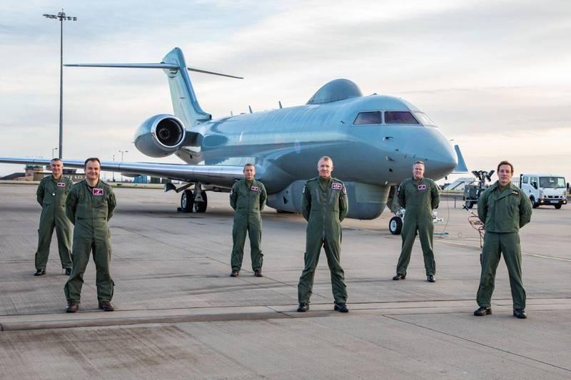 英國皇家空軍機組員於2月完成最後一次監偵任務後,與哨兵偵查機合影。(圖翻攝自英國皇家空軍官網)