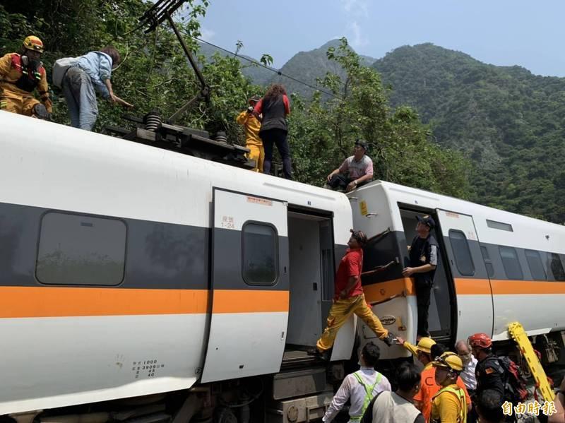 台鐵408車次太魯閣號車禍出軌,乘客疏散。(記者王峻祺攝)