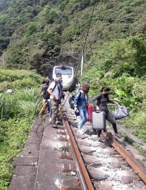 車上民眾從火車軌道步離,場面驚心。(網友授權提供)