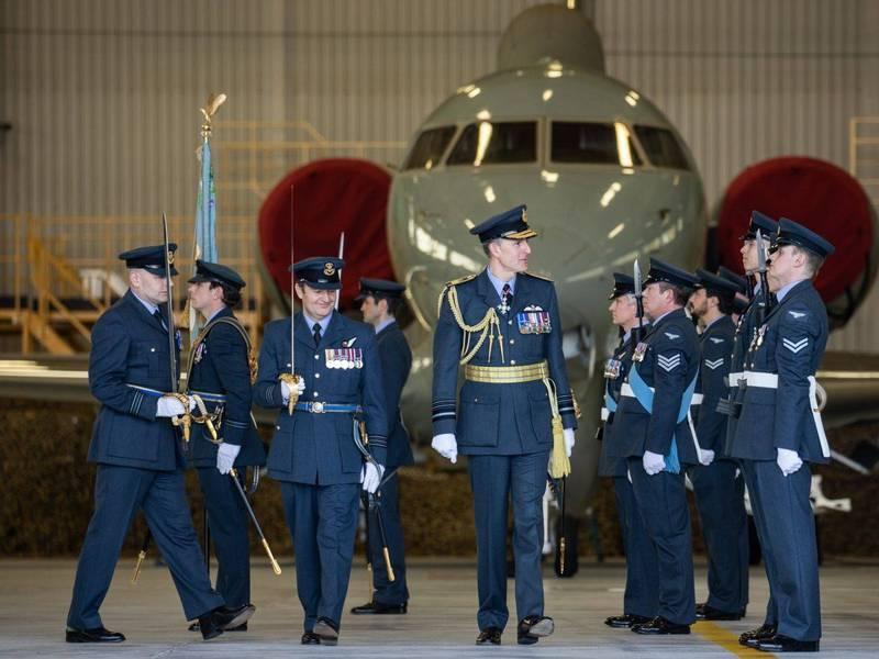 英國皇家空軍第五中隊列隊向哨兵偵查機致意,宣布其結束長達14年的服役。(圖翻攝自英國皇家空軍官網)