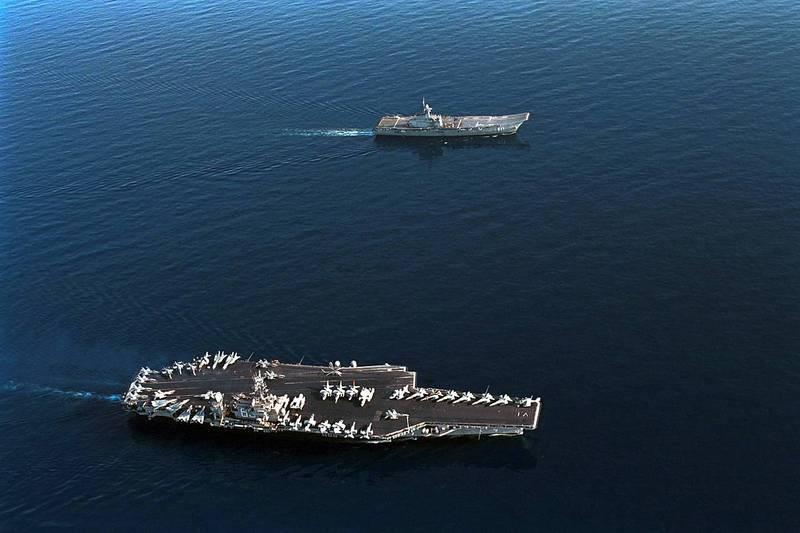 泰國查克里.納呂貝特號航空母艦3月31日越過新加坡海峽,抵達印尼廖內群島外海處。圖為泰國查克里.納呂貝特號航空母艦(上)與美國小鷹號航空母艦(下)共同航行,形成強烈對比。(圖取自美國海軍)