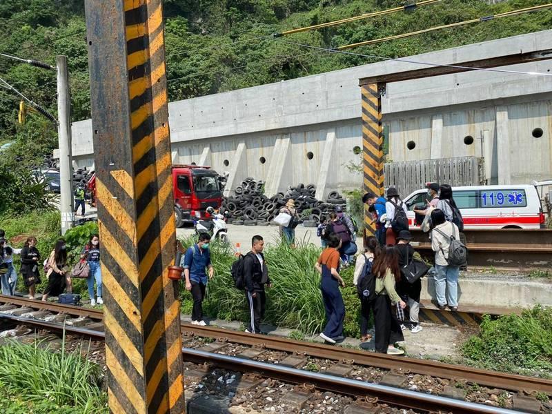 台鐵緊急派員前往勘查,花蓮縣消防局獲報也投入搶救,目前班車全部誤點,台鐵將啟動接駁。(民眾提供)