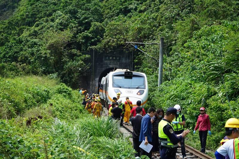 台鐵408次太魯閣號行經花蓮清水隧道,因一輛工程車從山坡滑落釀出軌意外,目前已51人死亡,146人輕重傷,為台鐵史上死傷最慘重的意外,