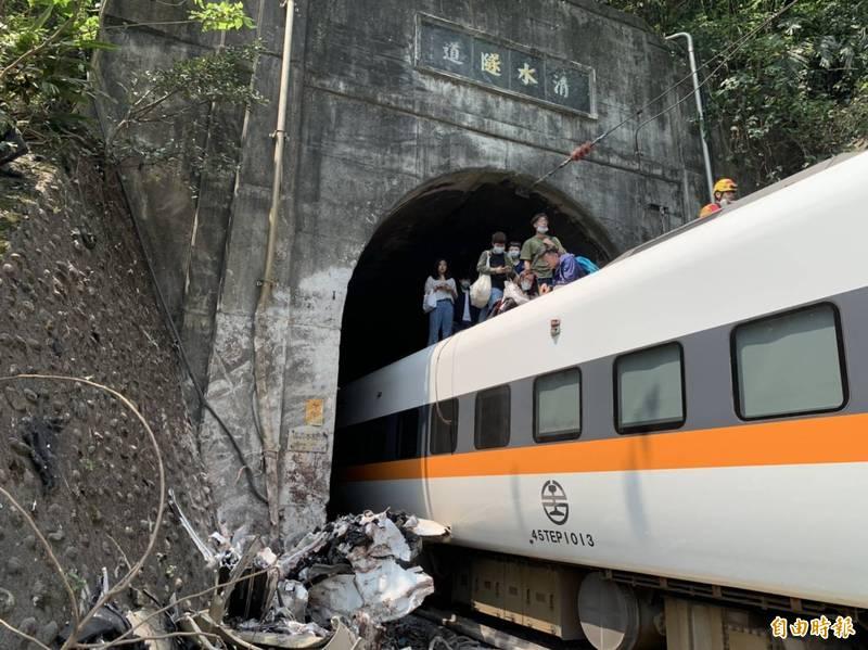 台鐵408車次太魯閣號車禍出軌。(記者王峻祺攝)