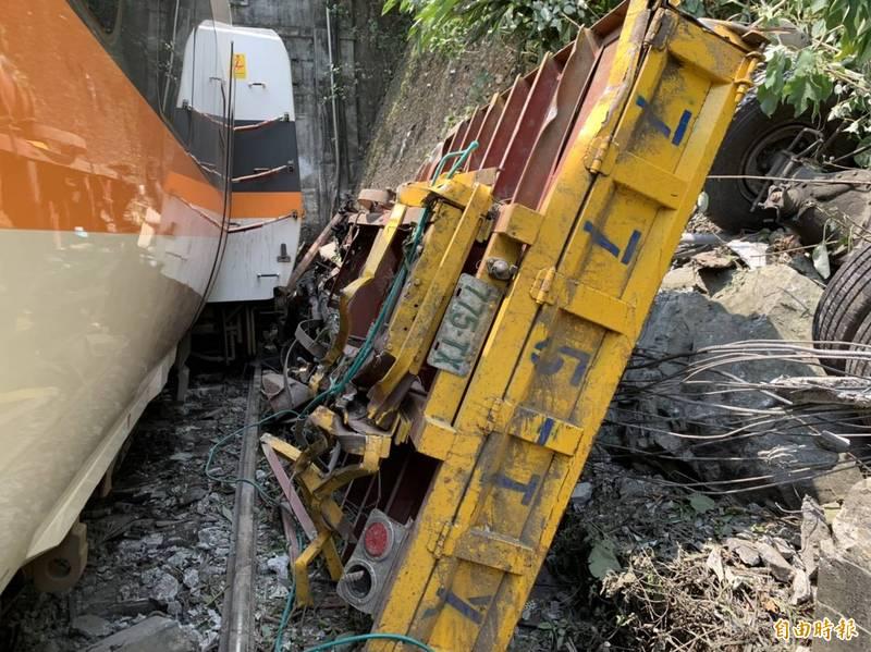 台鐵408次太魯閣號今日於花蓮清水隧道前,因撞擊一輛從邊坡滑落下來的吊卡車,發生出軌事故釀成48死。(記者王峻棋攝)