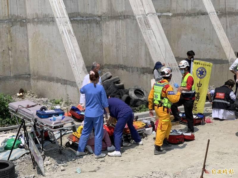 台鐵408車次太魯閣號因撞上工程車出軌,列車卡進花蓮清水隧道內,圖為救援情形。(記者王峻祺攝)