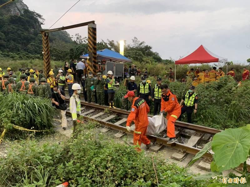 台鐵408車次太魯閣號今早在花蓮秀林鄉清水隧道出軌,造成54人死亡、156人輕重傷送醫,圖為搬運遺體情形。(記者王峻祺攝)