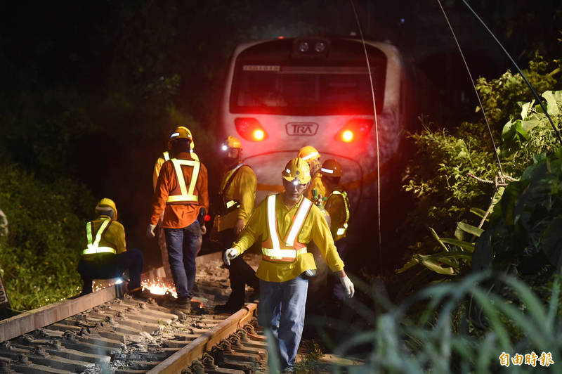 台鐵408次太魯閣號行經花蓮秀林鄉的「清水隧道」,疑因一輛工程車從山坡滑落釀出軌意外,造成重大死傷,台鐵局漏夜搶救。(記者塗建榮攝)