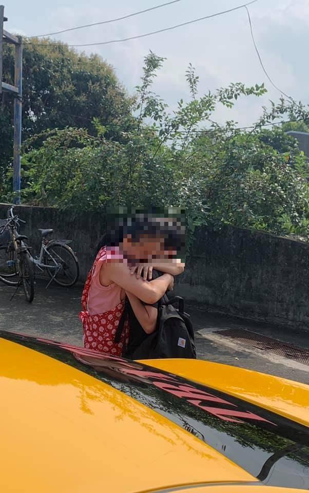 母親看到搭乘台鐵408車次太魯閣號事故車輛的兒子劫後餘生,衝上前緊緊擁抱,畫面令人動容。(楊先生授權提供)