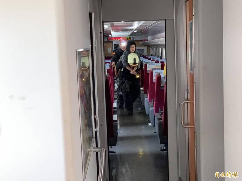 台鐵408車次太魯閣號車禍出軌,持續救援旅客。(記者王峻祺攝)