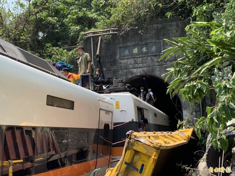 台鐵表示,出軌原因疑是工程車侵入路線導致出軌。(記者王峻祺攝)