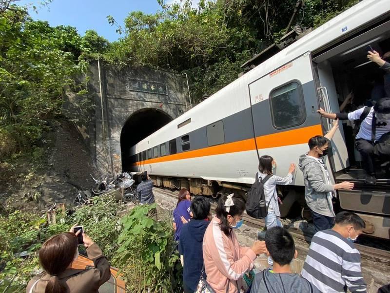 台鐵408車次太魯閣號出軌,已知學生4死33傷。(民眾提供)